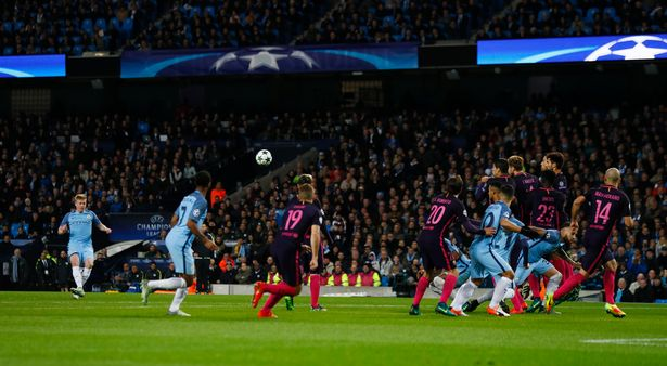 Kevin De Bruyne's free kick put Man City 2-1 up image: mirror.co.uk